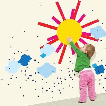 vaikas piešia saulė ant sienos