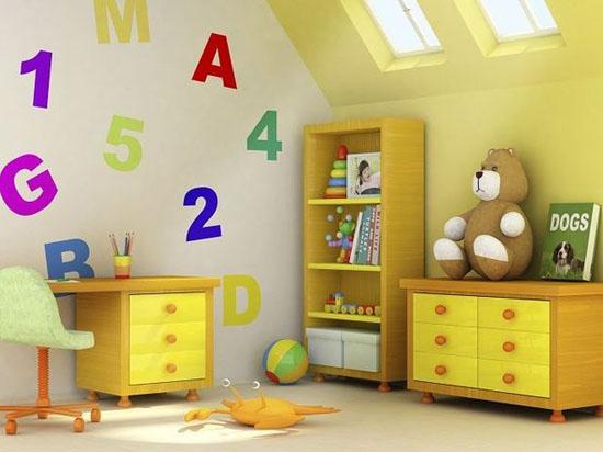 skaičiai, raidės ant sienos vaiko kambaryje