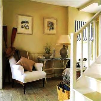 interjero detales, fotelis, paveikslai, laiptai