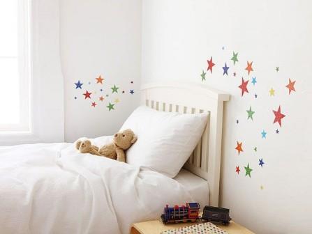 zvaigzdutes ant sienos virs lovytes vaiko kambaryje