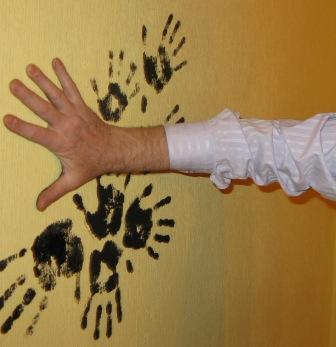 Rankų antspaudai ant sienų
