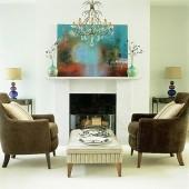 du foteliai, šviestuvai, židinys, paveikslas ant atbrailos