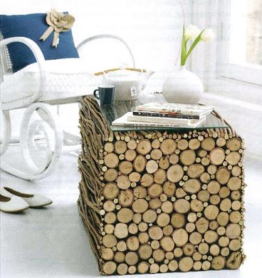 staliukas iš horizontaliai sudėtų medžio šakų, stiklo