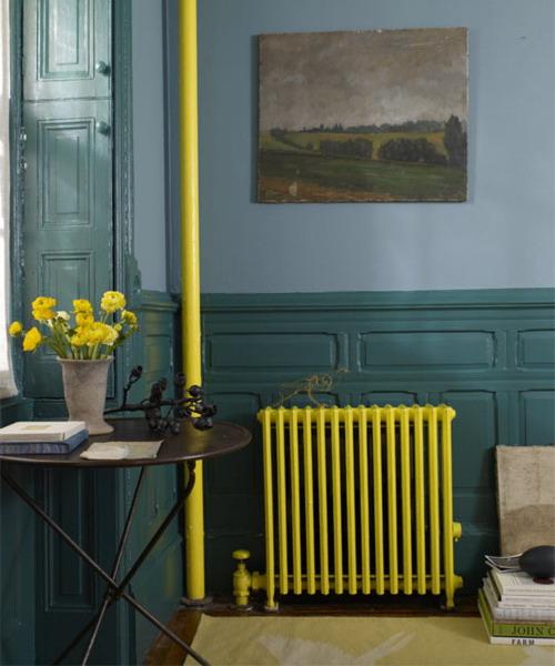 geltonos spalvos dažais dažytas radiatorius, vamzdis