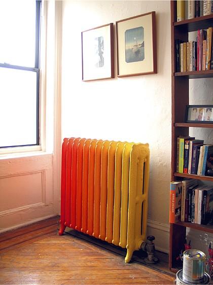 raudona pereinanti į geltoną spalvos dažais dažytas radiatorius