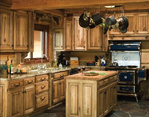 medinė virtuvė, plytelės ant grindų