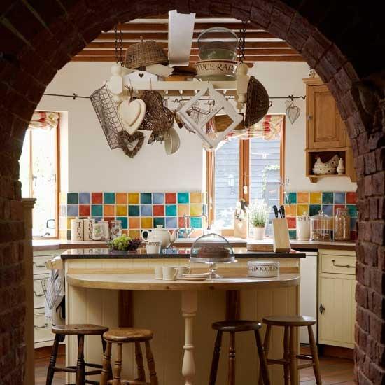 plytu arka virtuveje, ivairiaspalves plyteles ant sienos
