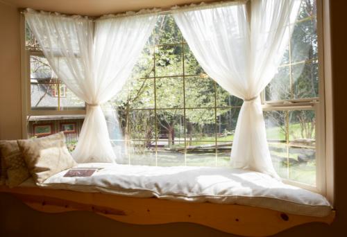 Vienos užuolaidos ant langų namuose