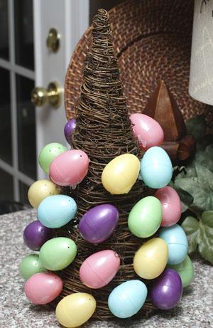 kiaušiniai klijuojami ant eglutes karkaso
