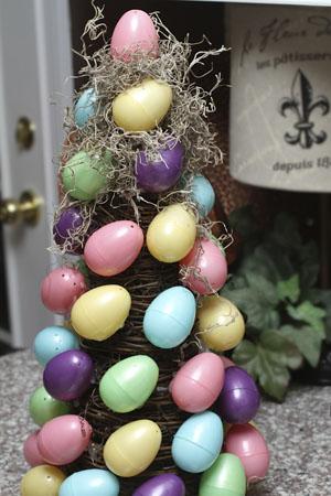 kiaušiniai klijuojami, samanos dedamos ant eglutes karkaso