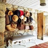skrybėlės ant sienos koridoriuje