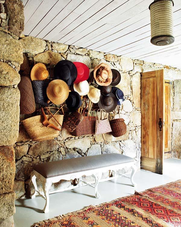 skrybėlaitės ant sienos koridoriuje