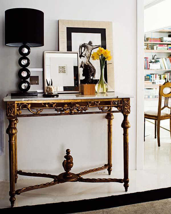 klasikinių formų stalas, paveikslai