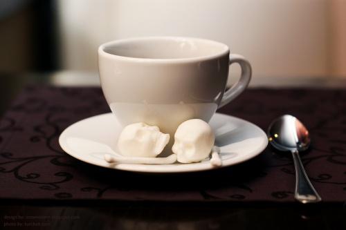 Kaukolės formos cukraus gabaliukai kavai