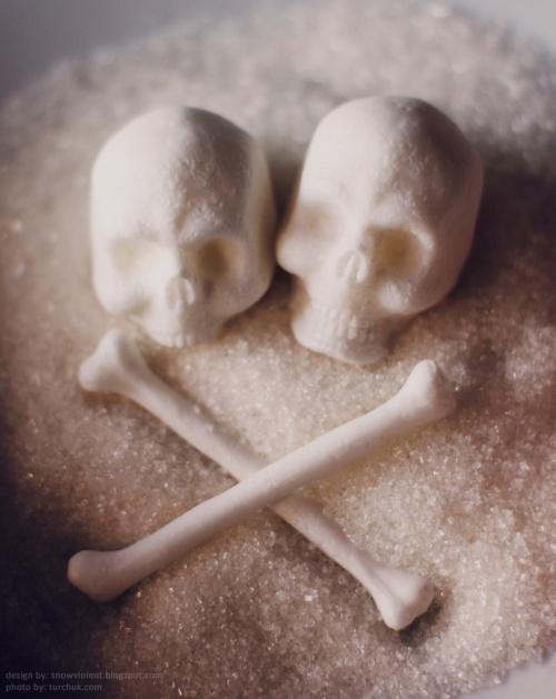 dvi kaukolės, kaulai iš cukraus