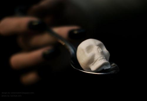 kaukolės formos cukraus gabaliukas šaukštuke