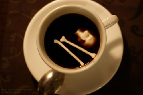 kaukolės, kaulų formos cukrus kavoje