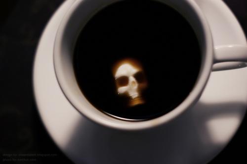 kaukolės formos cukrus tirpsta kavoje