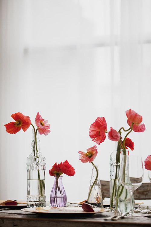 stalo dekoravimas gėlėmis vazose