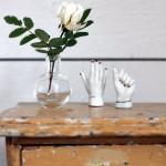 Miniatiūrinė sena spintelė ant stalo