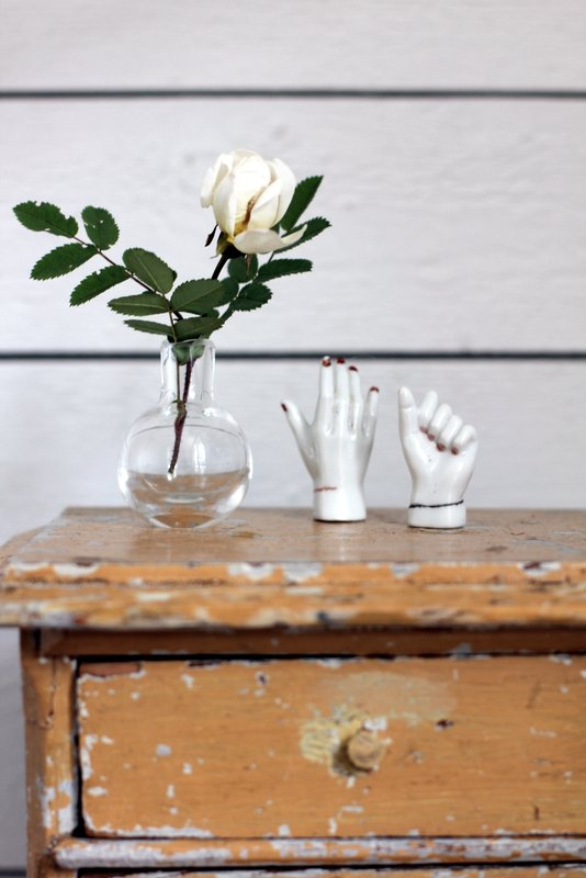 sena spintelė, dekoratyvinės rankos, rožė, vazelė