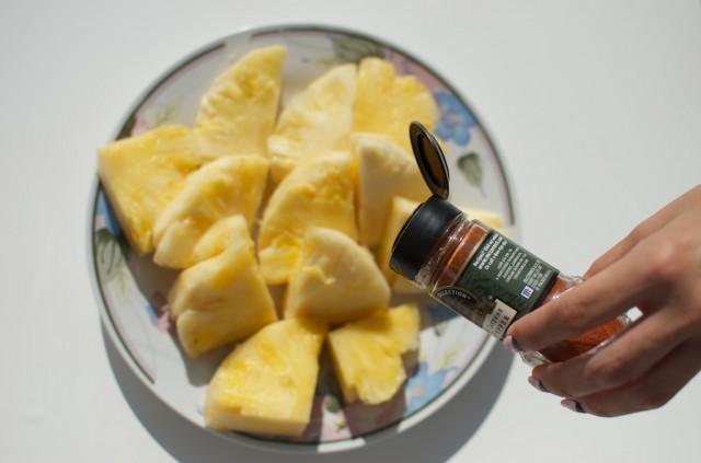 ananaso gabaliukai barstomi čili