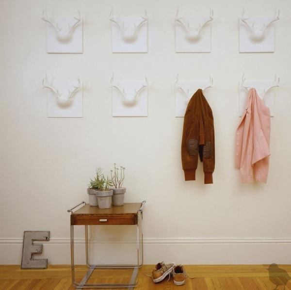 dekoratyviniai, balti elnių ragai kabliukai rūbams