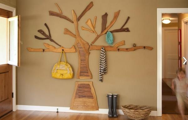 dekoratyvinis medis su kabliukais rūbams hole