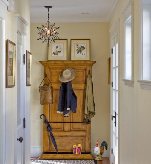 dekoratyvinis rūbų pasikabinimas ant durų