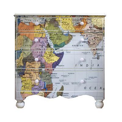 komoda dekoruota žemėlapiu