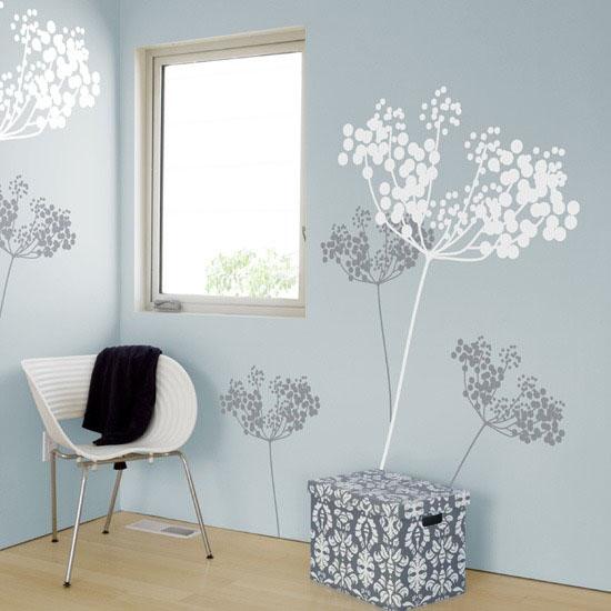 melsva siena, pilkos, baltos gėlės
