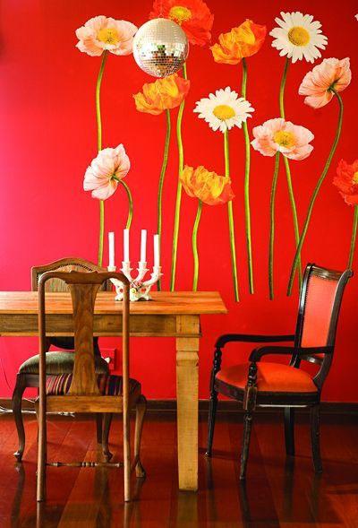 Gėlių dekoras ant sienų, užuolaidų, pagalvėlių