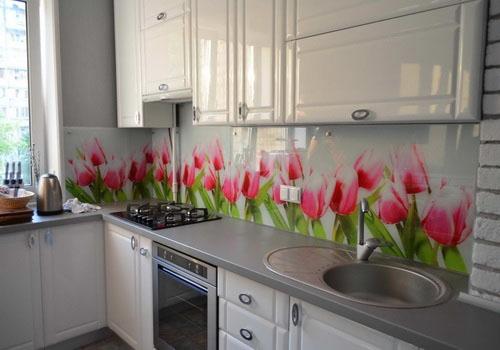 raudonos tulpės ant sienos virtuvėje