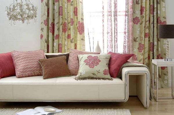 gėlėtos užuolaidos, pagalvėlė ant sofos