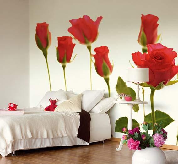 didelės raudonos rožės miegamąjame, fototapetas