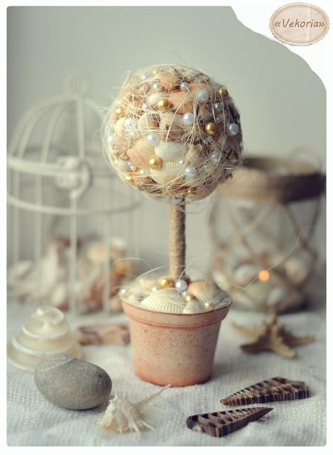 dekoratyvinis medelis iš kriauklių, akmenėlių apvyniotas siūlais