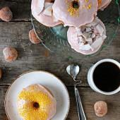 keksiukai kava ant stalo