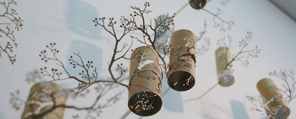 Medžio šakelės iš tualetinio popieriaus kartoninių ritinėlių