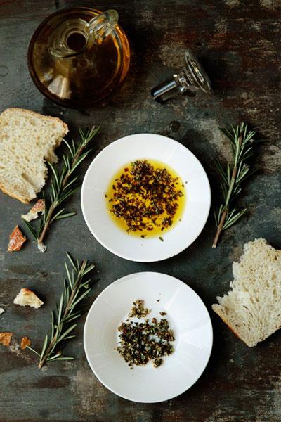 tamsiai plkas stalas, žalios šakelės, maisto spalvų įkvėpimas interjerui