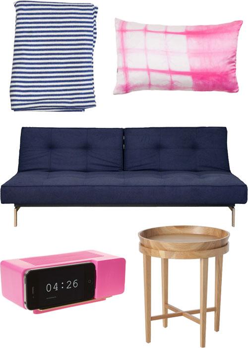 violetinė sofa, rausva pagalvėlė