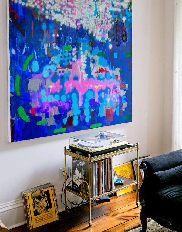 mėlynas paveikslas, aukso spalvos staliukas