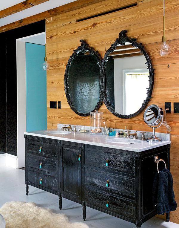 veidrodžiai juodais rėmais ant medinės sienos