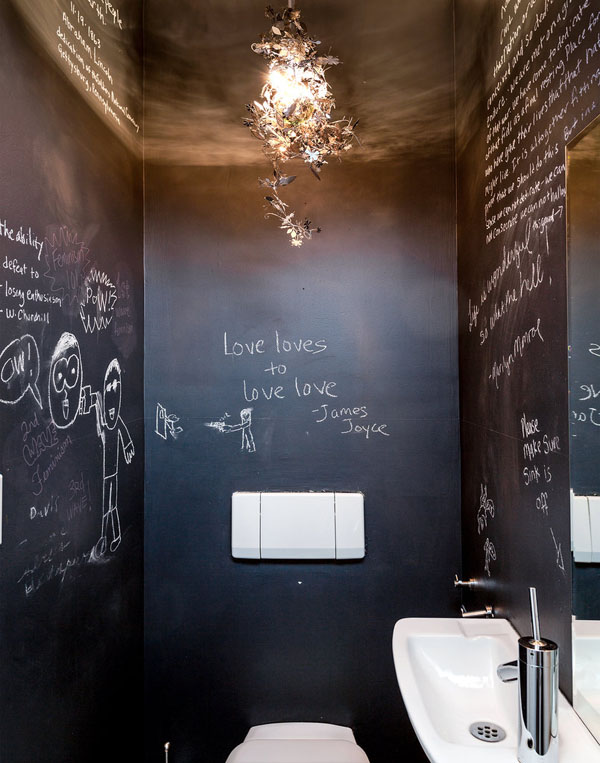 juodos tualeto sienos, užrašai kreida