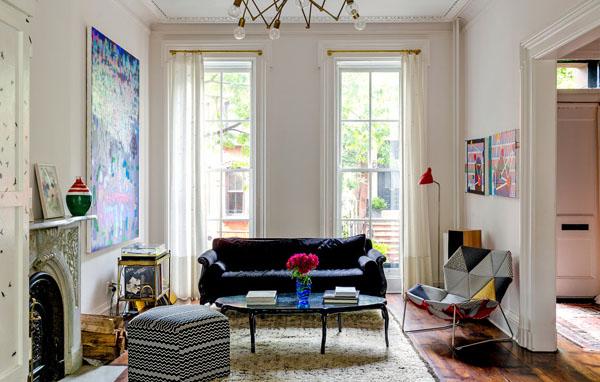 svetainė, juoda sofa, trikampiai lopai fotelis