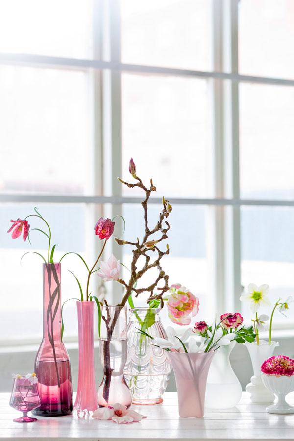 rausvos gėlytės permatomo stiklo vazelėse
