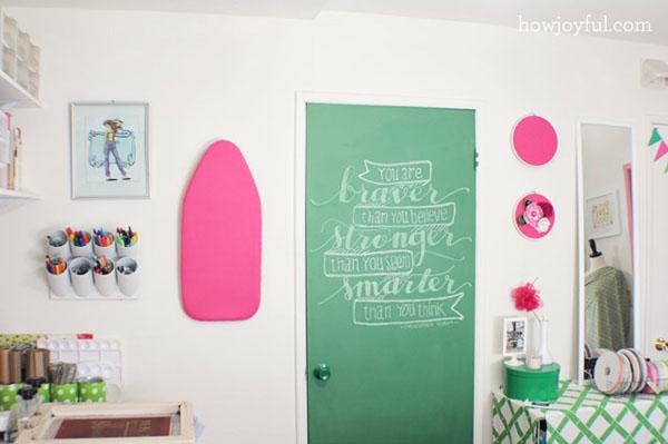 žalios durys lenta rašyti su kreida, rausvos detalės ant sienos