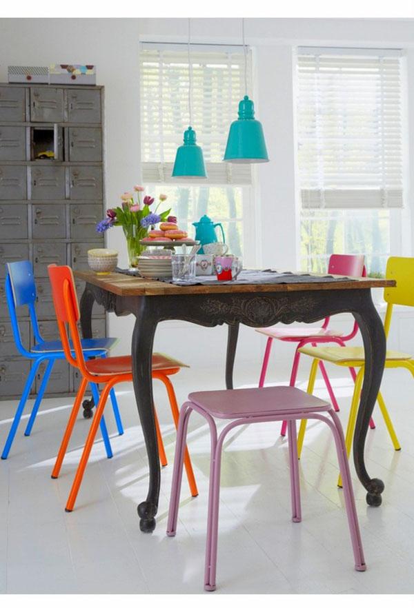 Įvairių spalvų ir formų kėdės prie valgomojo stalo
