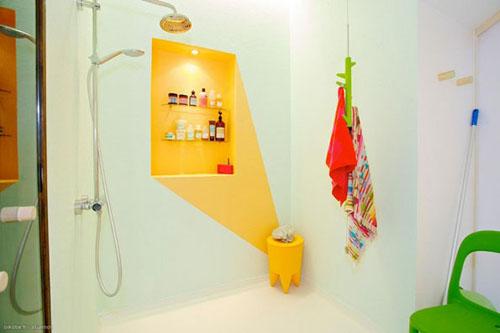geltonas seselis ant sienos