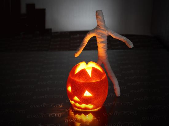 Helovino mumija ir apelsino žievės žibintas