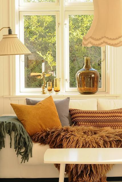 Rudeninės nuotaikos kambario dekoro detalėse
